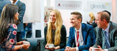 Personalberaterin Inga Beyler (links) auf dem CareerDay 2017 im Plausch mit angehenden Immobilienprofis.