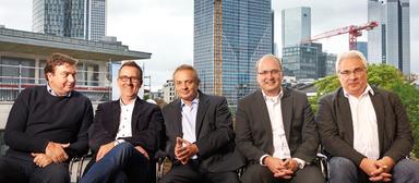"""Fast schon wie das berühmte Bild vom """"Lunch atop a Skyscraper"""": das REC-Management-Team, bestehend aus (von links) Tudor Popp, Chef der Bukarester Niederlassung, sowie den Geschäftsführern Holger Wille, Jens Dehnbostel, Tarkan Barin und Andreas Schlote."""