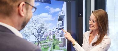 Projektbesprechung am Videoboard: Roland Kampmeyer und eine Mitarbeiterin.
