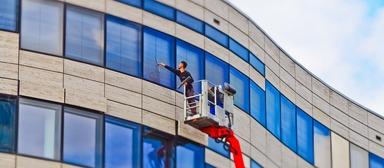 In Vollzeit beschäftigte Gebäudereiniger sollen künftig ein Weihnachtsgeld in Höhe von mindestens 80 Stundenlöhnen - oder einen halben Monatslohn - erhalten, fordern Gewerkschafter.