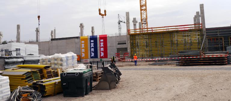 Das Areal, auf dem Ikea in Karlsruhe baut, misst in etwa nur ein Drittel so viel wie ein Grundstück für eine herkömmliche Filiale. Damit trotzdem nicht bei der Verkaufsfläche gespart werden muss, baut Ikea in die Höhe.