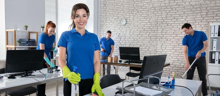 Reinigungskräfte mit Spaß bei der Arbeit.