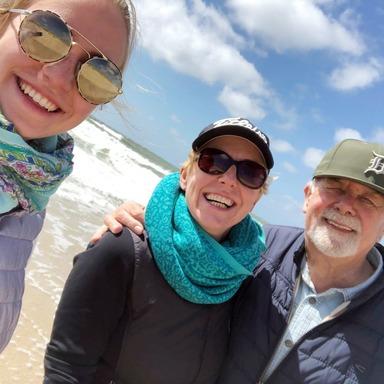 Sabine Barthauer mit Vater und Tochter im Urlaub auf Sylt.