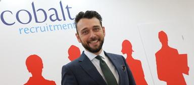 Richard-Emanuel Goldhahn, Geschäftsführer von Cobalt Recruitment in Deutschland, freut sich wie Bolle.