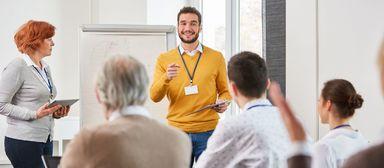 Weiterbilden muss sein. In der Praxis müssen sich gerade kleine Firmen genau überlegen, wie sie ihre Pflicht erfüllen.