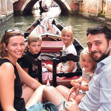Richard-Emanuel Goldhahn mit seiner Frau Henrike und den drei Kindern im Venedig-Urlaub.