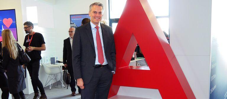 A wie Apleona: Dr. Jochen Keysberg, CEO der Apleona Group, vor dem Anfangsbuchstaben des Unternehmensnamens.