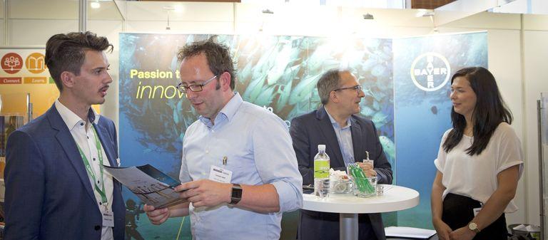 Björn Christmann (Zweiter von rechts) im Plausch auf dem IZ-Karriereforum 2018.