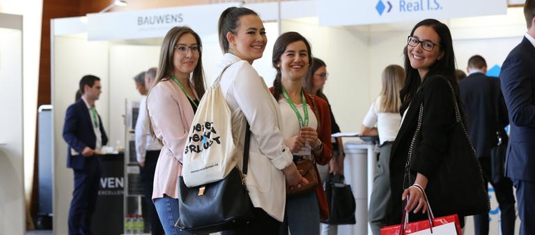 Auf dem 10. IZ-Karriereforum in Frankfurt am Main hielten Studenten, Absolventen und Young Professionals nach Praktika und Jobs Ausschau.