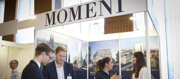 Momeni zeigt Flagge. So geschehen auf dem IZ-Karriereforum, einer Jobmesse für die Immobilienwirtschaft.