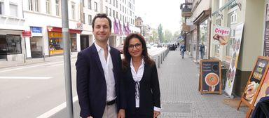 Bitte recht freundlich: Benjamin und Sahra Oeckl vor Großstadtkulisse.