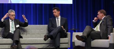 Timo Tschammler (Mitte) auf dem Quo Vadis 2018. Links: Dr. Alexander von Erdély, CEO von CBRE in Deutschland, rechts: Moderator Karsten Trompetter.