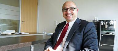 Aydin Karaduman sitzt inzwischen an einem anderen Schreibtisch. Der steht im Frankfurter Büro des Baudienstleisters ISG.