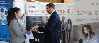 Auf dem IZ-Karriereforum - hier eine Impression von 2019 - macht JLL alljährlich junge Kandidaten auf sich aufmerksam.