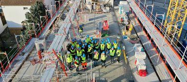 Vermessungsingenieure demonstrieren beim Praxistag auf der Alea-Baustelle in Bad Vilbel die Arbeit per Drohne.