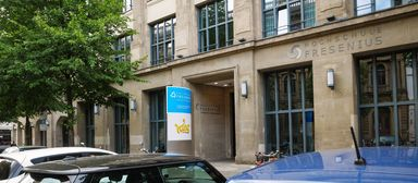Die Hochschule Fresenius liegt in Berlin zwischen dem Gendarmenmarkt und dem Auswärtigen Amt.