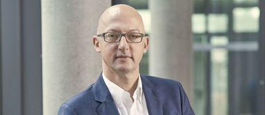 CREM-Mann Jöri Engel mit Smartphone - wohl ein zarter Hinweis auf das Kerngeschäft seines Arbeitgebers.
