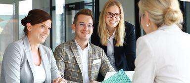 Jana Heijenga (links) im Kollegenkreis. So nah wie auf diesem Bild kommen sich die Kollegen in Corona-Zeiten nicht mehr.