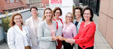 Engagierte Immofrauen bei der Staffelstabübergabe zum Vorstandsvorsitz an Katrin Williams (Dritte von links) im Herbst 2019.