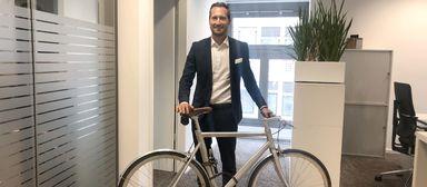 Philipp Benseler, Head of Human Resources von BNP Paribas Real Estate Germany, fährt jetzt öfter mit dem Rad zur Arbeit.