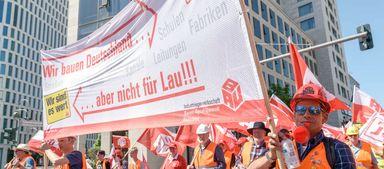 Im Mai haben zahlreiche Bauarbeiter aus verschiedenen Gewerken in Berlin für ein Lohnplus demonstriert.