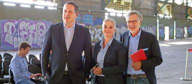 Sebastian Sommer (l.) bei der Präsentation eines Outlet-Projekts in Duisburg mit Edda Metz und Kurt Krieger von Kriegerbau.