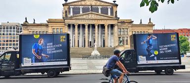 Nicht nur in Berlin, sondern in ganz Deutschland waren in den letzten Wochen mobile Videoleinwände unterwegs. Während der EM sollten sie die Aufmerksamkeit auf freie Stellen im Facility-Management lenken.